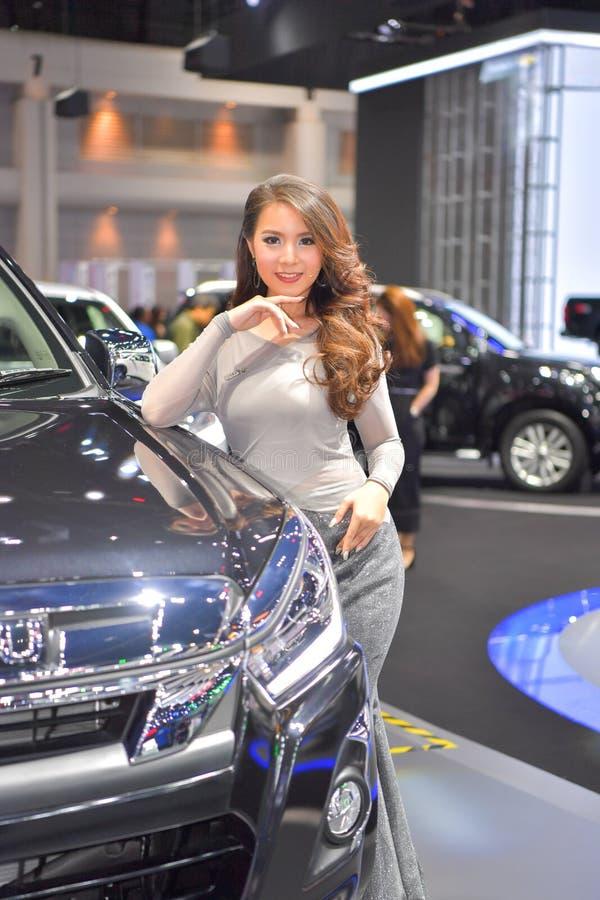 Modelo no identificado con Isuzu MU-X SUV icónico en la exhibición en la 35ta expo internacional del motor de Tailandia el 28 de  fotografía de archivo libre de regalías