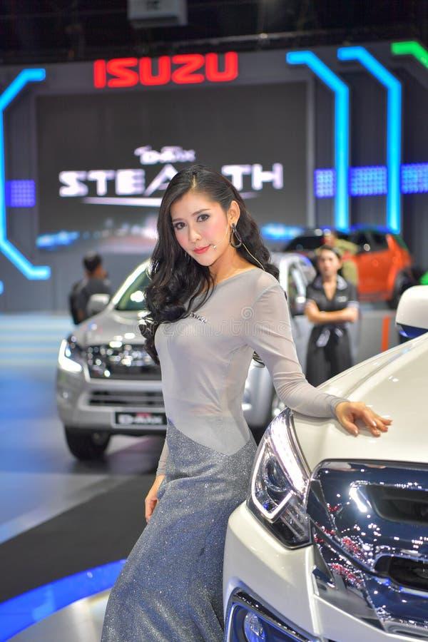 Modelo no identificado con Isuzu MU-X SUV icónico en la exhibición en la 35ta expo internacional del motor de Tailandia el 28 de  foto de archivo libre de regalías