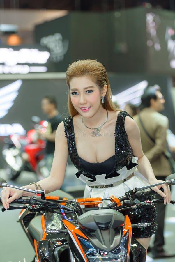 Modelo no identificado con la motocicleta de HONDA CB500F imagenes de archivo