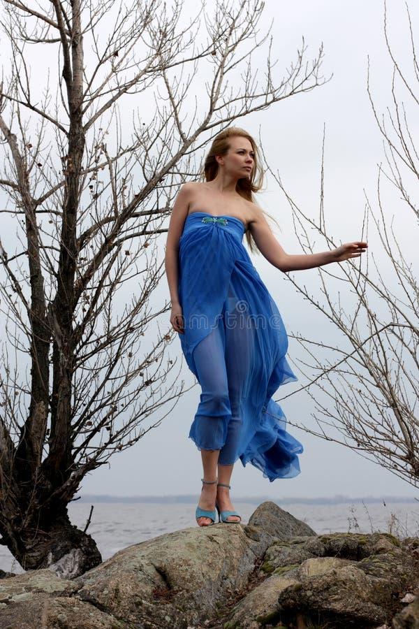 Modelo no inverno no beira-mar fotos de stock royalty free