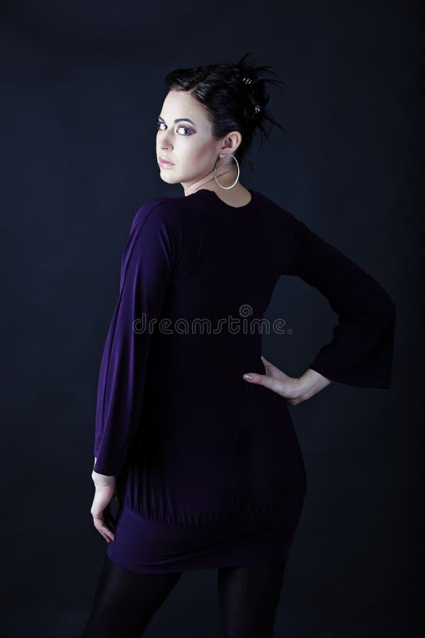 Modelo no mini vestido roxo fotos de stock royalty free
