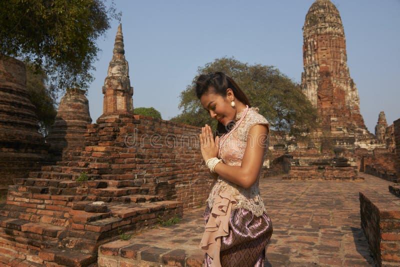 Modelo no templo de Ayutthaya fotos de stock royalty free
