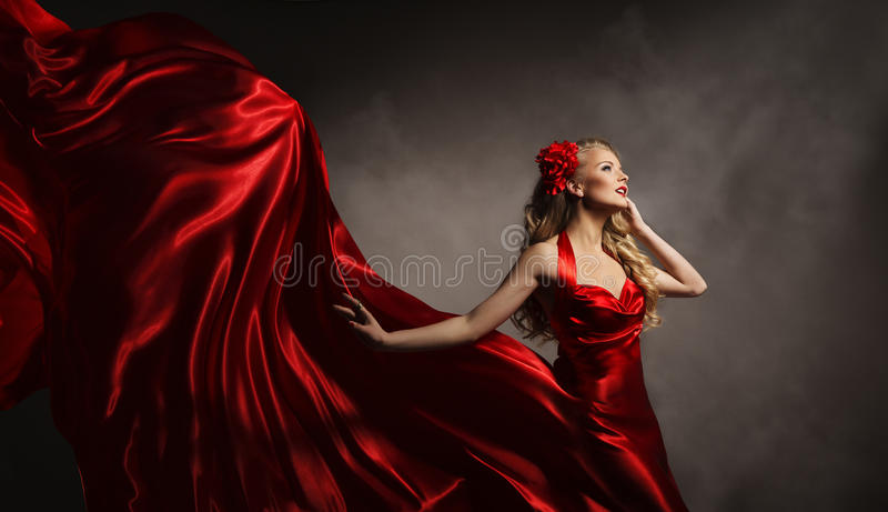 Modelo no vestido vermelho, mulher do encanto que levanta o pano da seda do voo fotos de stock royalty free