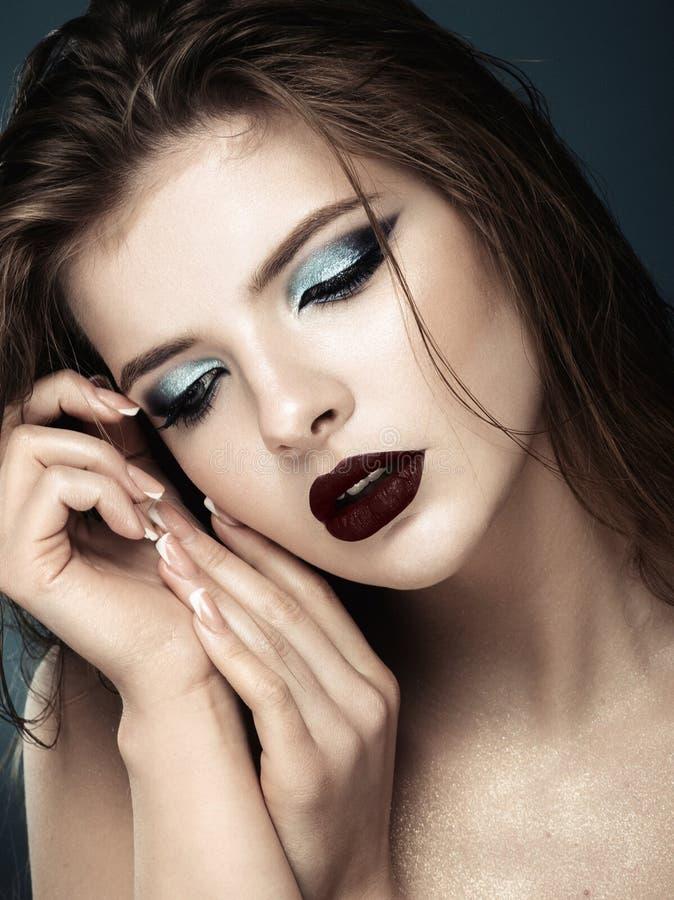 Modelo novo atrativo com composição e tratamento de mãos azuis fotos de stock