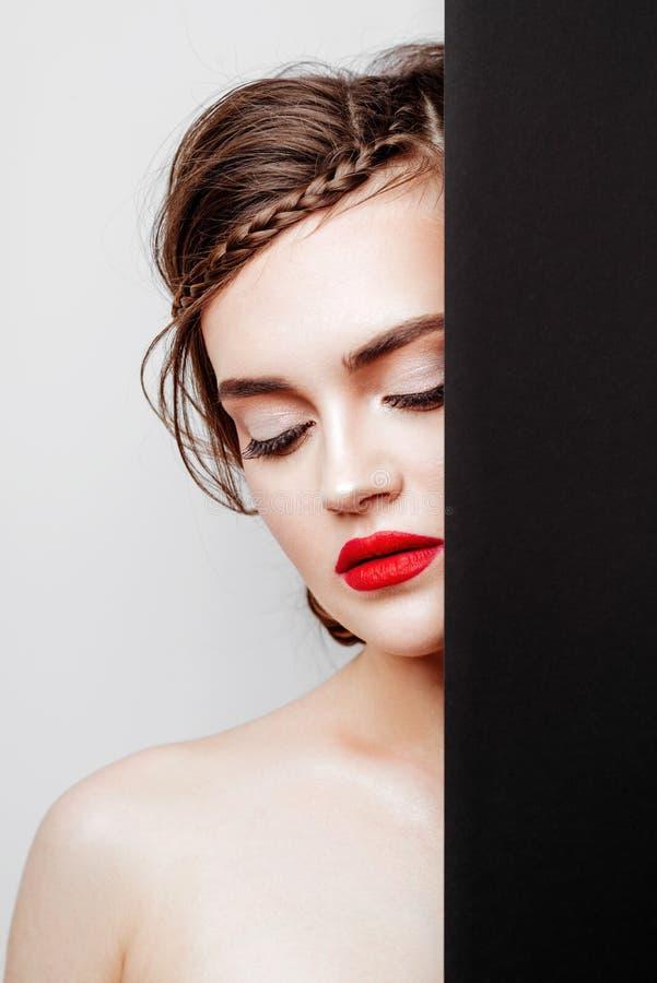 Modelo novo bonito com bordos vermelhos foto de stock