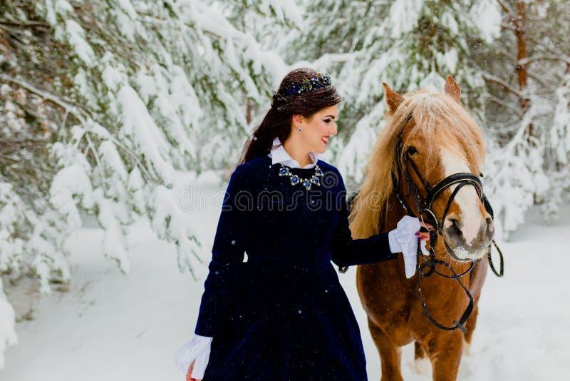 Modelo novo bonito com o cavalo imagem de stock
