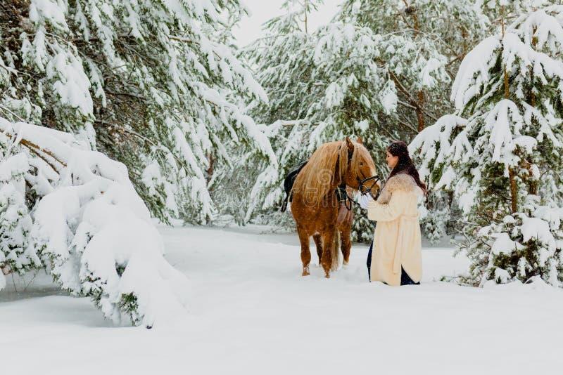Modelo novo bonito com o cavalo foto de stock royalty free