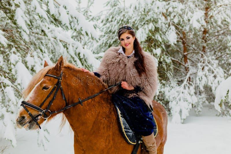 Modelo novo bonito com o cavalo imagens de stock royalty free