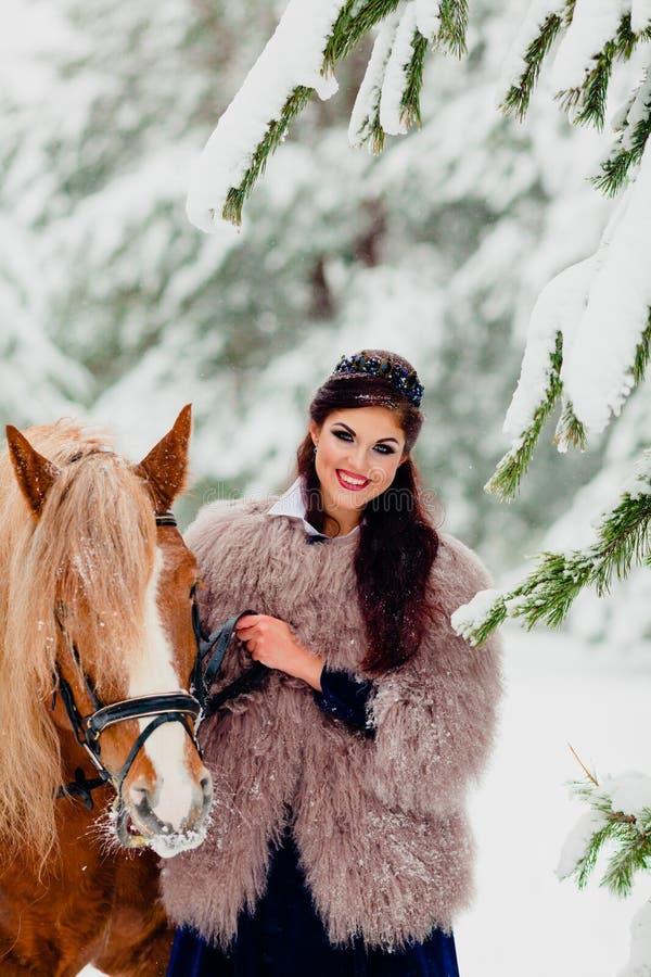 Modelo novo bonito com o cavalo fotografia de stock