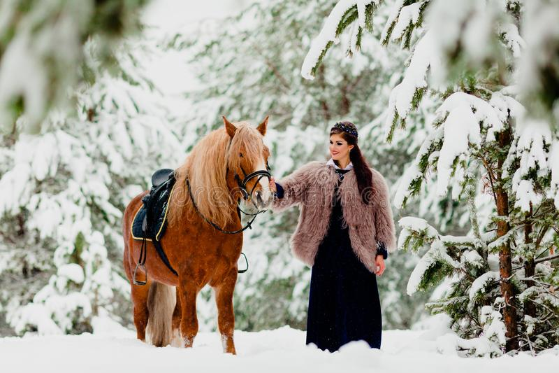 Modelo novo bonito com o cavalo fotos de stock