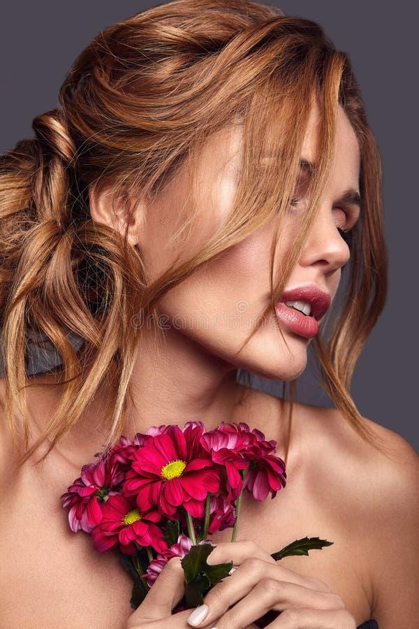 Modelo novo com composição natural e pele perfeita imagem de stock royalty free