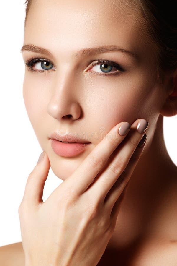 Modelo novo da mulher bonita com bordos vermelhos e tratamento de mãos natural imagem de stock royalty free