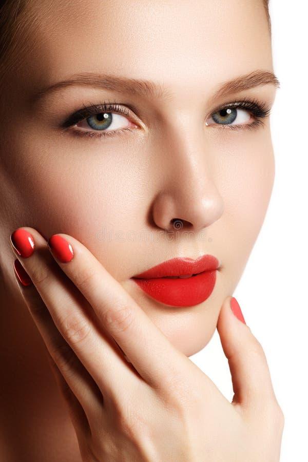 Modelo novo da mulher bonita com bordos vermelhos e tratamento de mãos vermelho beau fotografia de stock