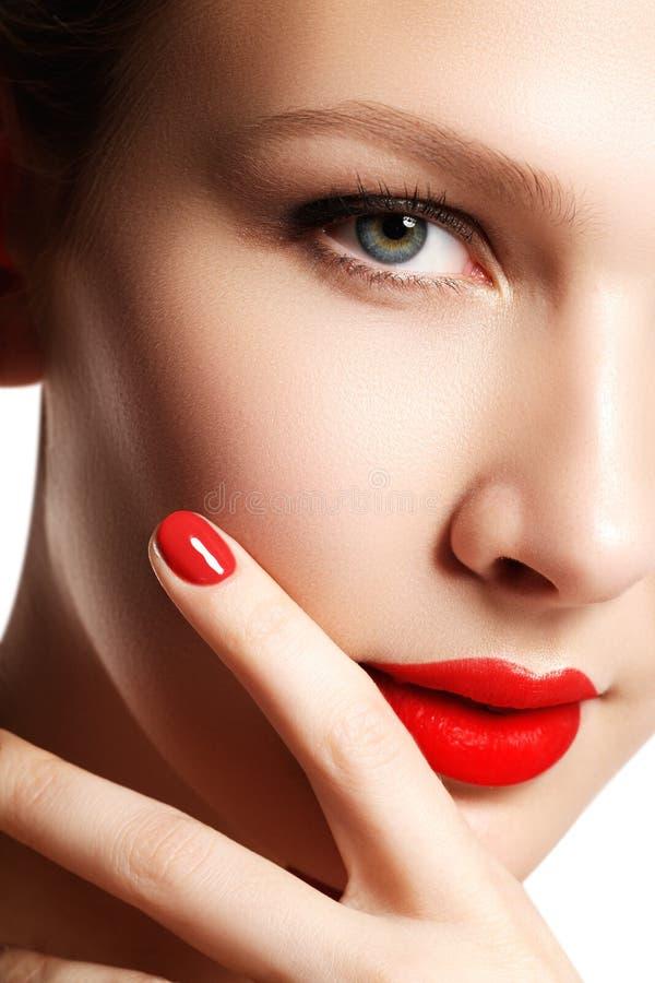 Modelo novo da mulher bonita com bordos vermelhos e tratamento de mãos vermelho beau imagem de stock royalty free