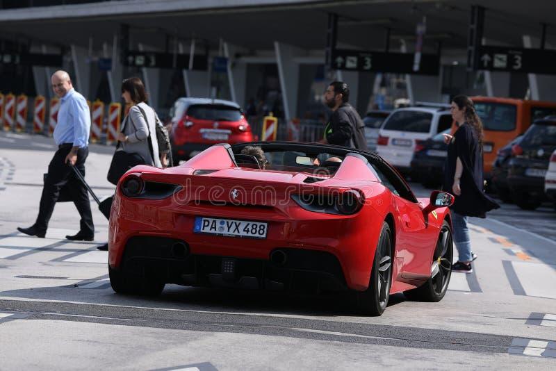 Modelo novo do carro de Ferrari no tráfego no aeroporto imagens de stock