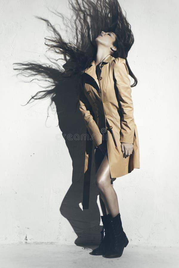 Modelo novo elegante que levanta com roupa na moda foto de stock