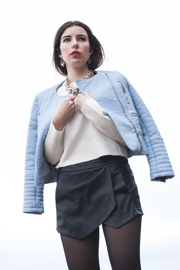 Modelo novo elegante que levanta com roupa na moda fotos de stock