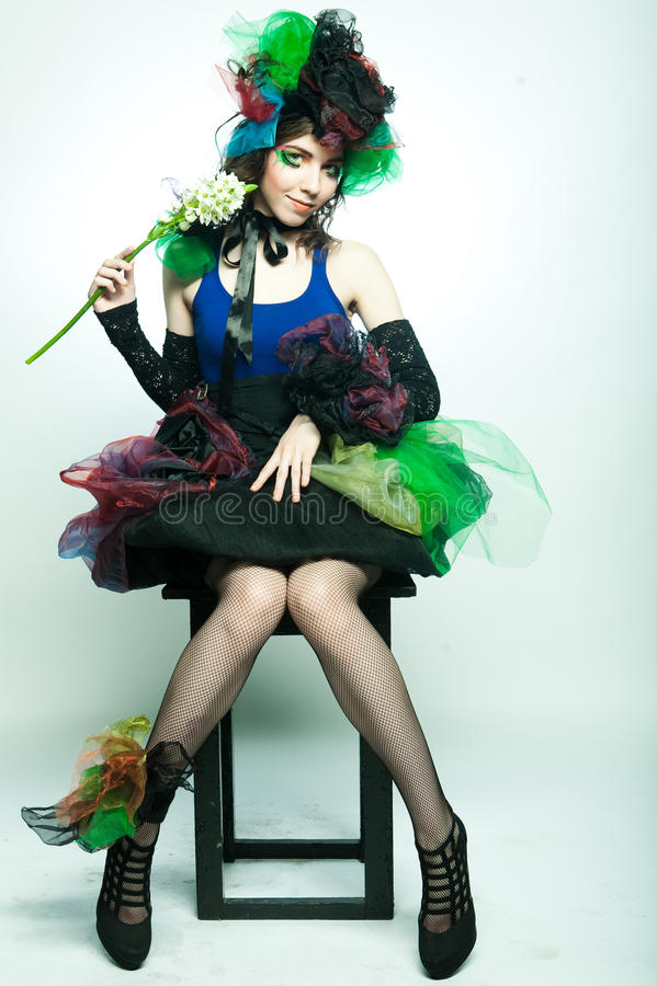 Modelo novo no vestido carnaval com composição creativa imagem de stock
