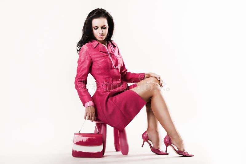 Modelo novo sofisticado que desgasta toda a cor-de-rosa fotografia de stock