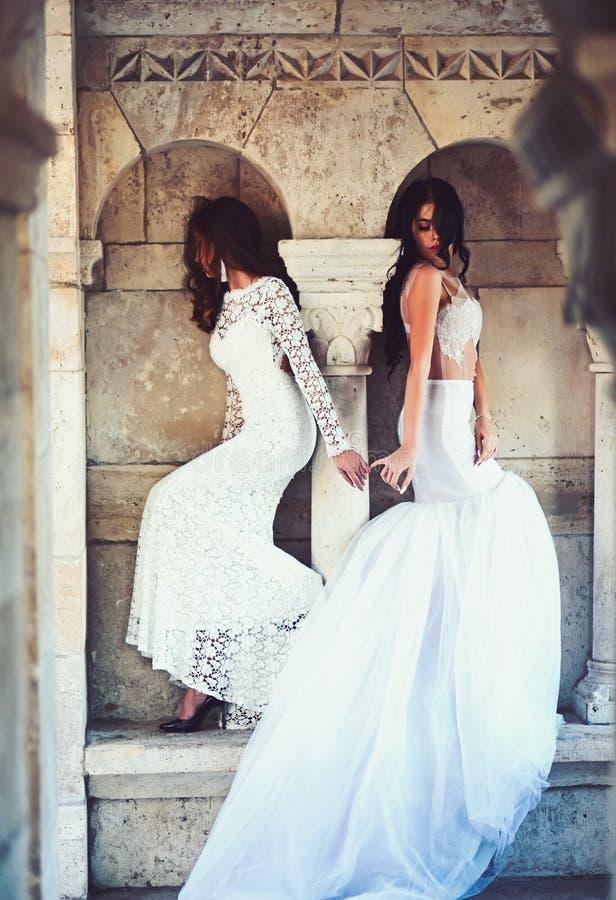 Modelo o princesa de moda en vestido Muchachas de la novia en la ceremonia de boda en castillo Muchachas atractivas en el vestido imagenes de archivo