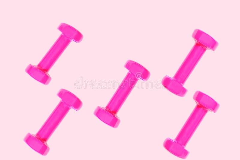 Modelo púrpura rosado de la pesa de gimnasia en fondo rosado en colores pastel con el espacio de la copia, aislado imagenes de archivo