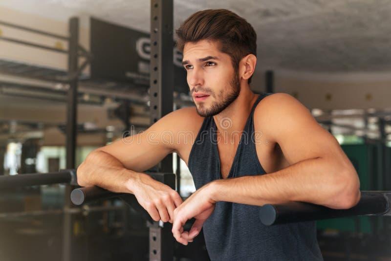 Modelo pensativo en gimnasio imagenes de archivo