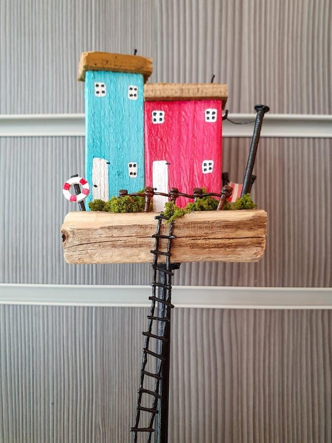 Modelo pequeno pequeno que mostra fora o conceito de comprar uma casa familiar nova imagens de stock royalty free