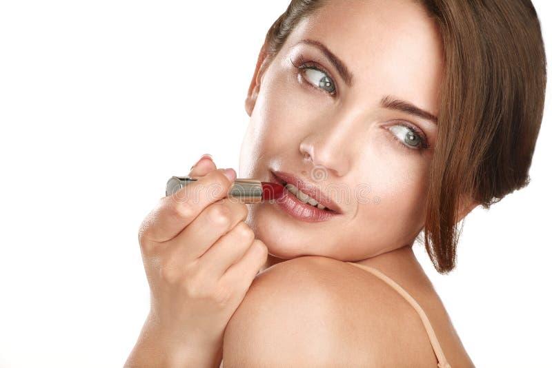 Modelo perfecto hermoso joven que aplica maquillaje profesional imagen de archivo