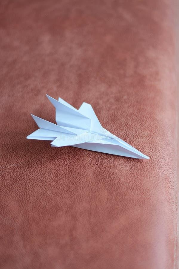 Modelo plano de papel Papiroflexia Avi?n del papel hecho a mano concepto del recorrido fotografía de archivo