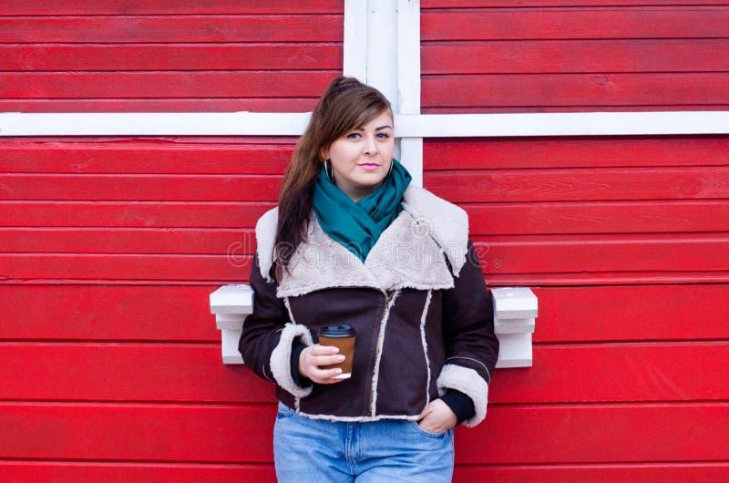 Modelo positivo do tamanho no olhar do inverno com café fotografia de stock royalty free