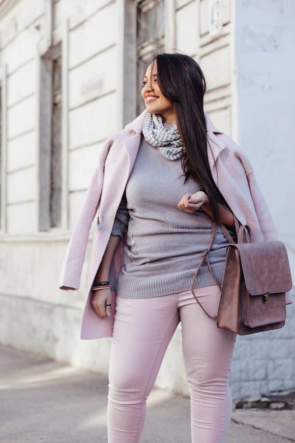 Modelo positivo do tamanho no revestimento cor-de-rosa fotografia de stock