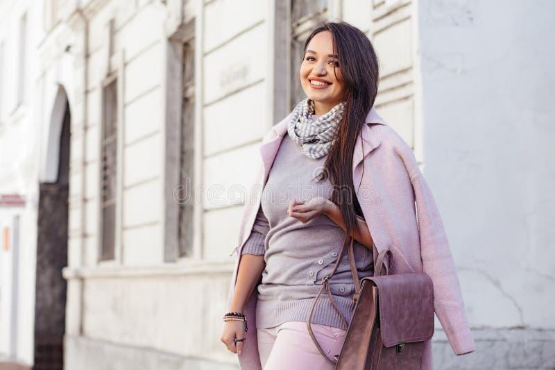 Modelo positivo do tamanho no revestimento cor-de-rosa foto de stock royalty free