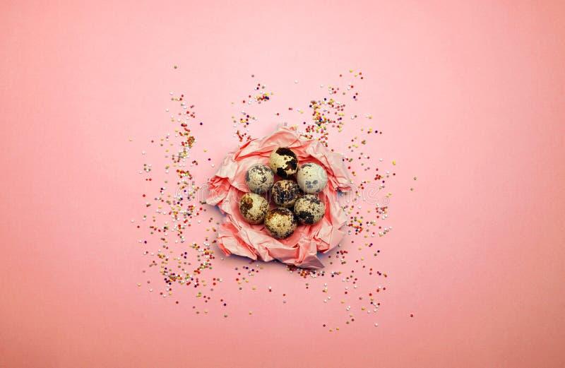 Modelo puesto plano de los huevos de Pascua en fondo en colores pastel Concepto mínimo imágenes de archivo libres de regalías