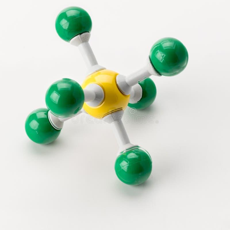 Modelo químico do enxofre feito com as bolas verdes e amarelas foto de stock