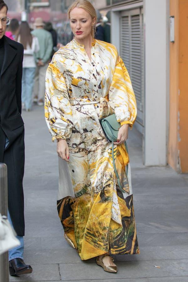 Modelo que lleva un kimono amarillo de lujo imagen de archivo