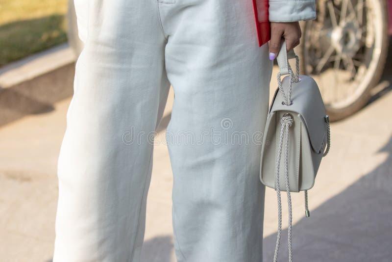Modelo que veste um vestido branco longo com botões e calças, uma boina branca imagens de stock royalty free