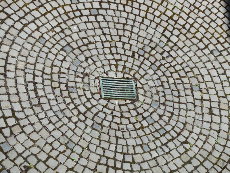 Modelo radial del pavimento del guijarro con la dolina imagenes de archivo