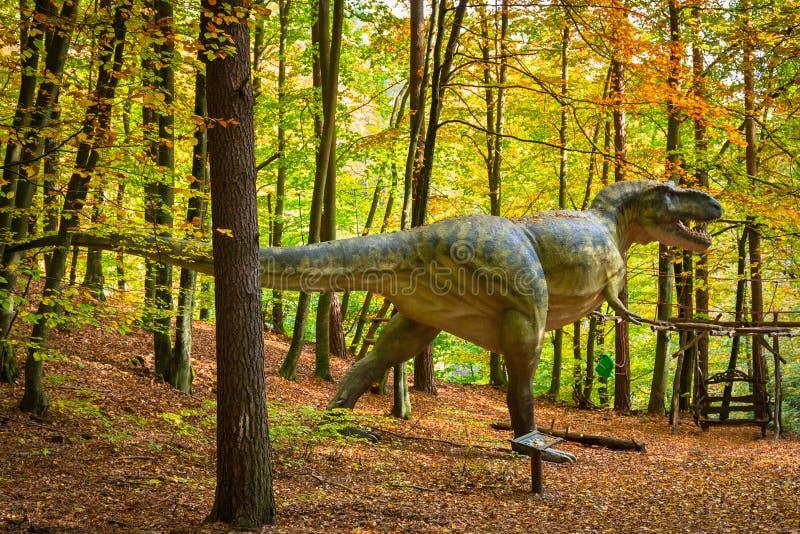 Modelo realístico do dinossauro na floresta imagem de stock royalty free