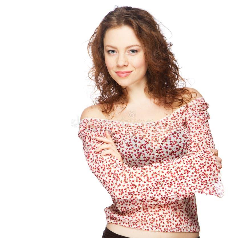 Modelo red-haired bonito na blusa leve do verão foto de stock