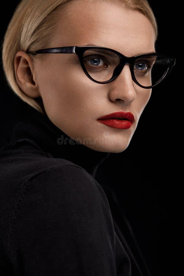 Modelo With Red Lips da composição da forma e quadro preto dos monóculos fotos de stock royalty free