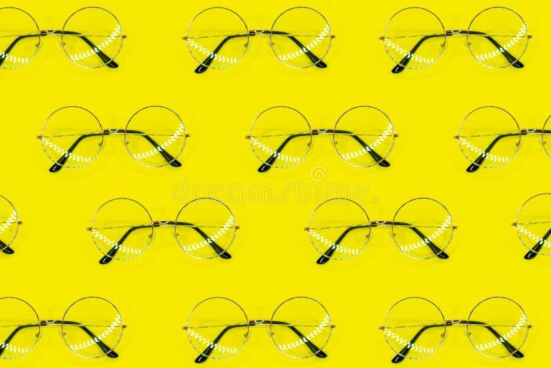 Modelo redondo de las gafas de sol en fondo amarillo Modelo m?nimo del verano Endecha plana imágenes de archivo libres de regalías