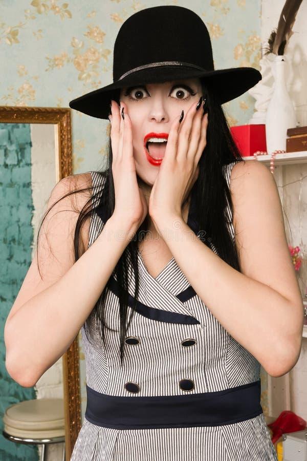 Modelo retro de griterío asustado en el gabinete de señora foto de archivo