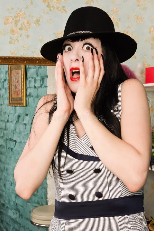 Modelo retro de griterío asustado en el gabinete de señora imagen de archivo libre de regalías