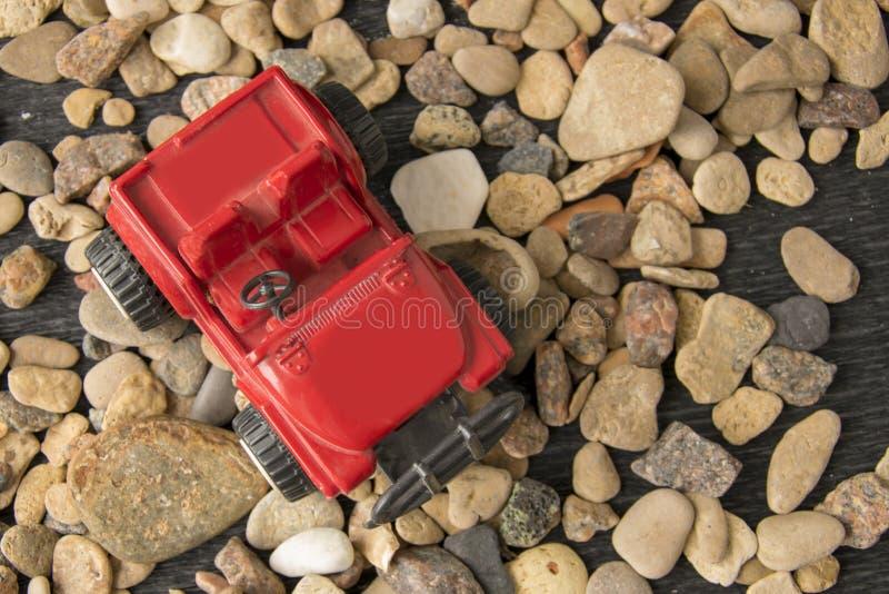Modelo retro do carro do brinquedo no fundo do cascalho Automóvel do vintage na miniatura foto de stock royalty free