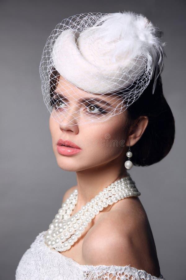 Modelo retro elegante Wedding Portrait de la novia Joyería de las perlas y H imagen de archivo libre de regalías