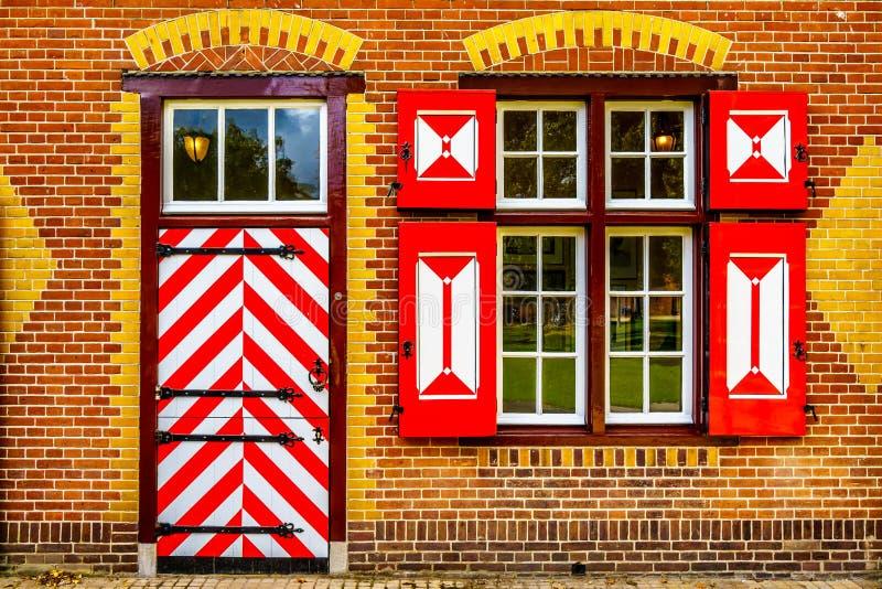 Modelo rojo y blanco en puertas y obturadores del coche House de Castle De Haar fotografía de archivo