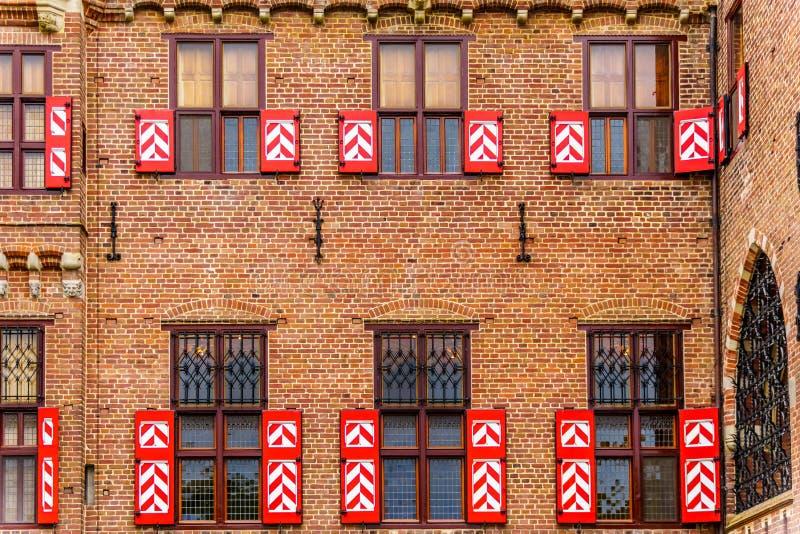 Modelo rojo y blanco en puertas y obturadores del coche House de Castle De Haar fotografía de archivo libre de regalías