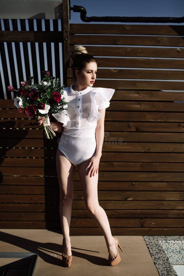 Modelo rubio atractivo elegante imponente fenomenal hermoso con el traje erótico perfecto del cuerpo foto de archivo