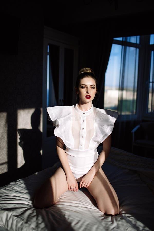 Modelo rubio atractivo elegante imponente fenomenal hermoso con el traje erótico perfecto del cuerpo fotografía de archivo