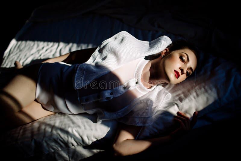 Modelo rubio atractivo elegante imponente fenomenal hermoso con el traje erótico perfecto del cuerpo imagenes de archivo